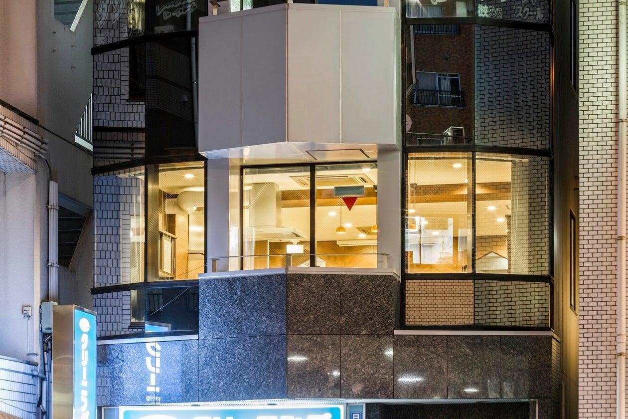 曙橋駅から30秒の貸切キッチンスペース。木目調のオシャレな室内は調理設備が充実。パーティーやセミナー、ワークショップに最適です。 の写真
