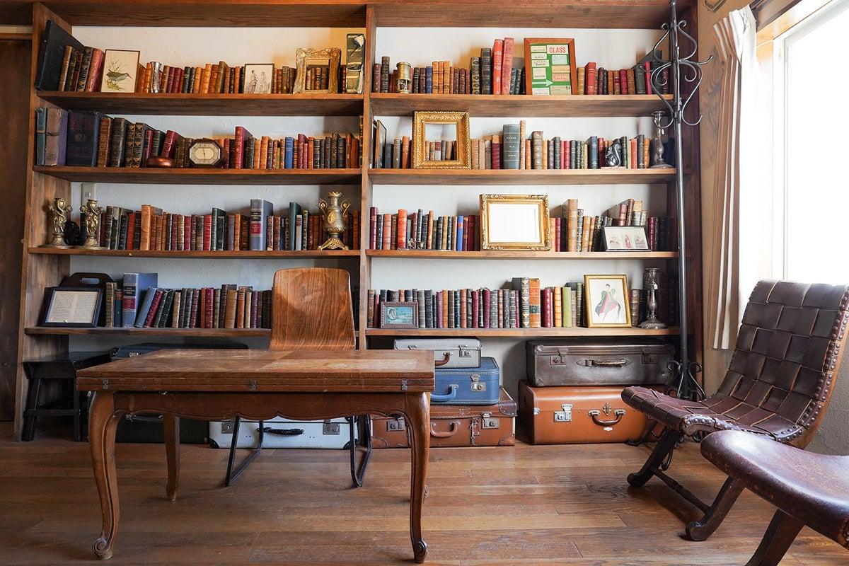 渋谷駅徒歩4分|アンティーク撮影スタジオunikk【Aスタジオ】|1000冊以上のアンティーク洋書が陳列された書斎 の写真