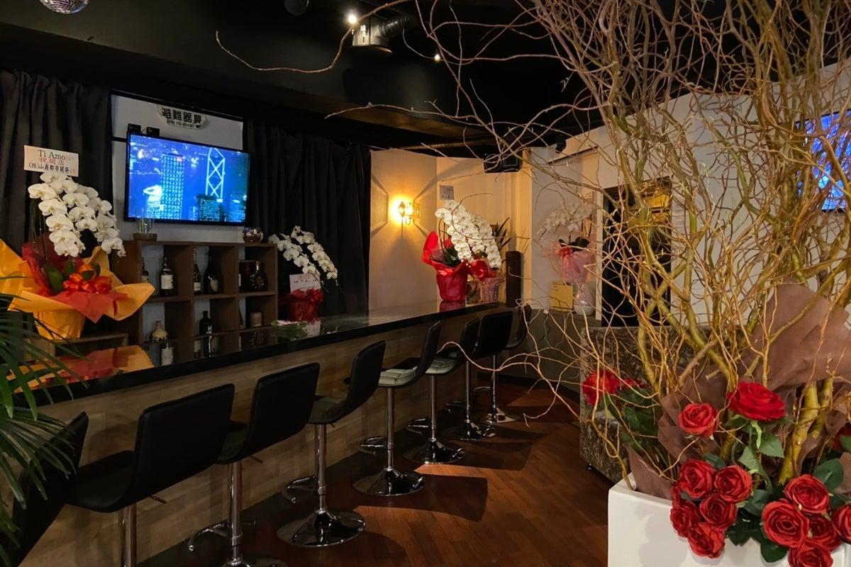 キッチン付きパーティースペース!二次会や女子会にも利用出来るラグジュアリーなバースペースです。 の写真