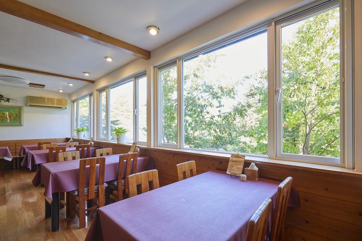 大きな窓の広いダイニングルーム!女子会・誕生日会・ママ会・撮影・会議利用などにどうぞ。 の写真