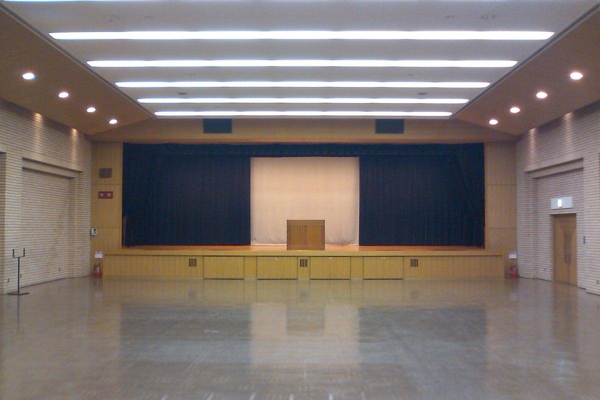300名収容の舞台付きホール!発表会・講演会・健康診断・展示販売会・試合開場・式典・卓球場 の写真