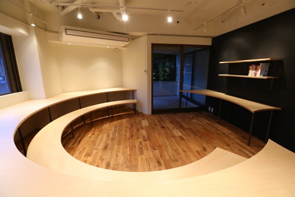 【京都】無垢の木を用いた居心地の良いスペースなら、無機質な会議室ではできない京都らしい落ち着いた会議・セミナー・説明会が可能に。 の写真