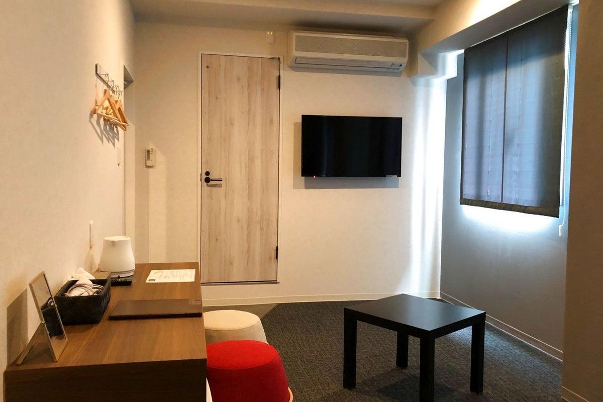 ディープなエリアのデザイナーズホテルの1室と共有部分が使えます。各駅から徒歩5分圏内。無料駐車場も有ります(予約制) の写真