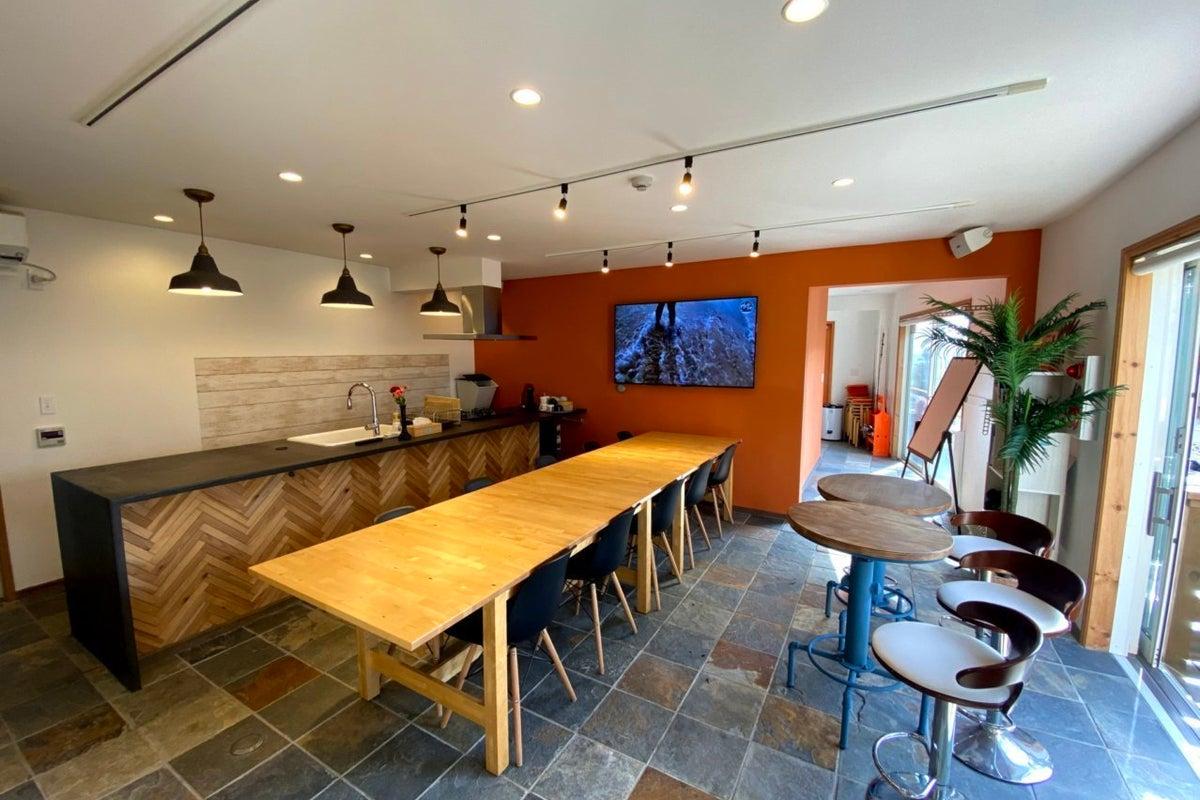 【鎌倉の海辺の絶景屋上付き新築南欧風邸宅】オフサイトミーティングに最適な貸し切り型オフィス の写真