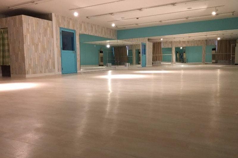 【すたじお空】消毒液完備!広々明るいスタジオ♪ 音響も完備!更衣室完備♪ 鏡も三面に設置! の写真