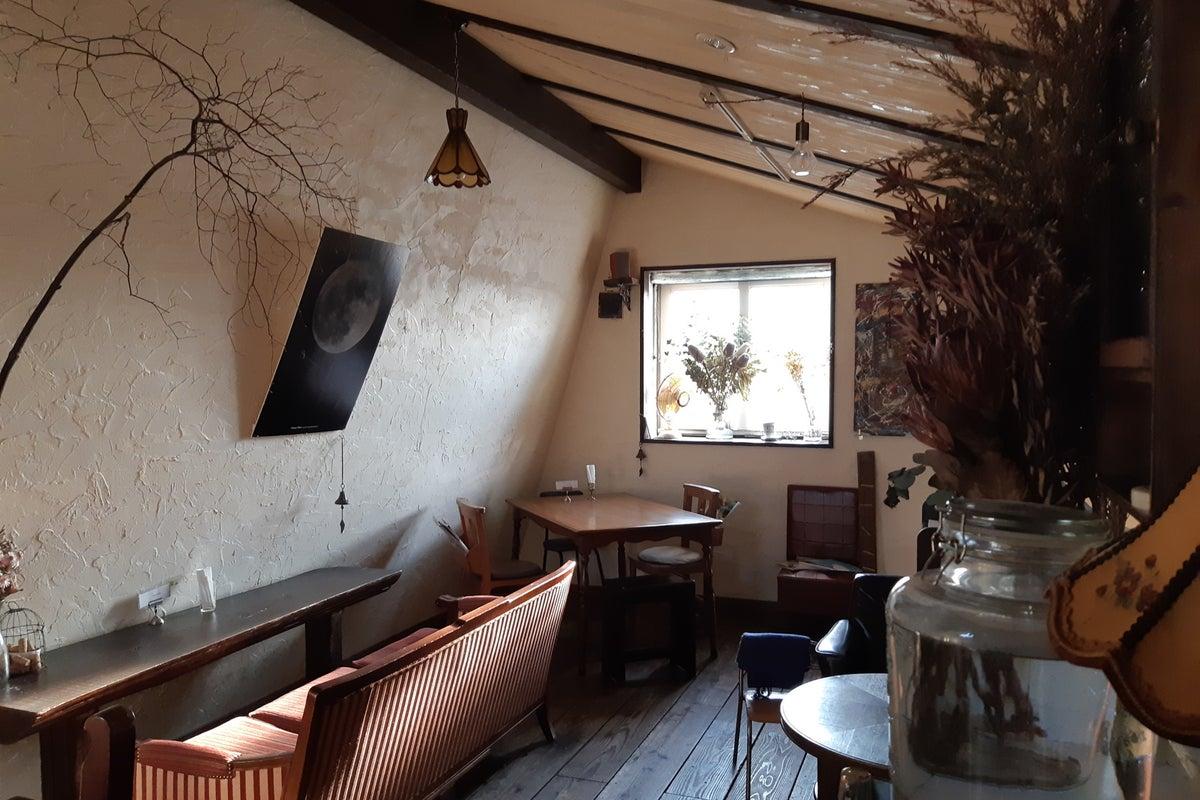 1階2階にわかれる一軒家カフェ。商品撮影やその他スポットでのスペース利用にどうぞ。 の写真