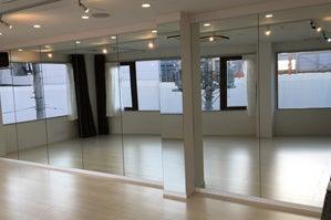 草加駅東口より徒歩1分!24時間・365日営業。ダンスが出来るレンタルスタジオPiattoです。草加駅のホームから見えます! の写真
