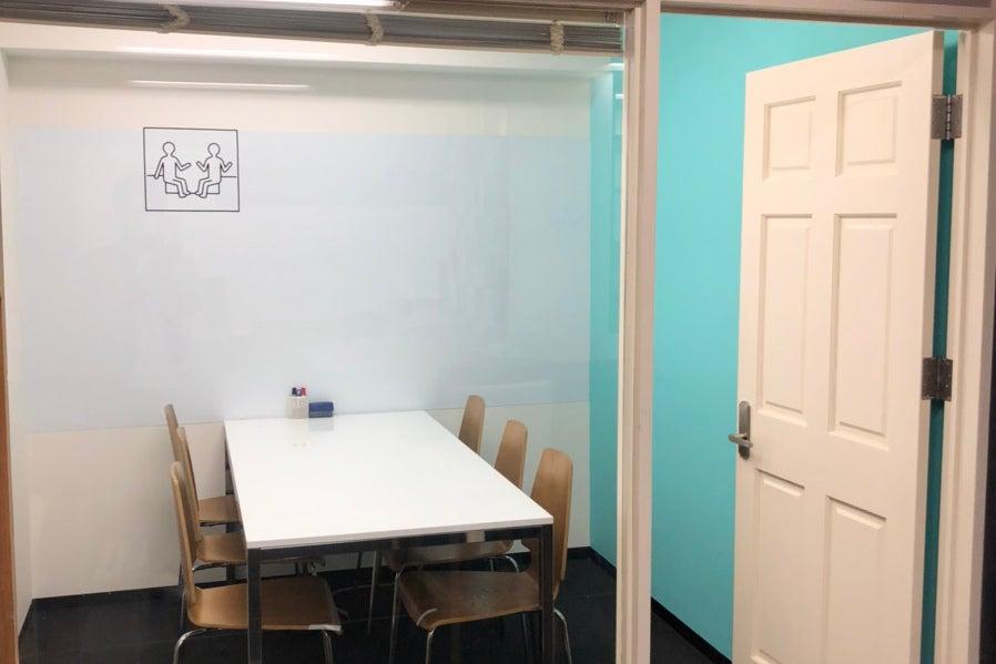 【博多駅より徒歩2分!】WEB会議にオススメ!A01(6名収容):シンプルでコンパクトなミーティングルーム の写真