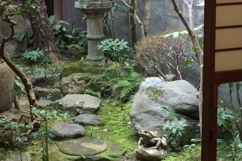 町屋の和室で庭に面した開放的なスペースです。和室ですが土足で使用していただきます。 の写真