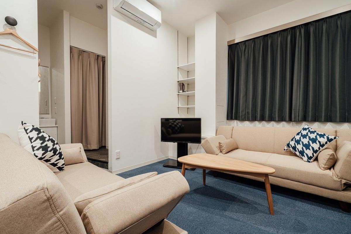ご家族・グループ・カップルでのご利用に最適なお部屋です♪(シングルベッド2台・ソファベッド2台) の写真