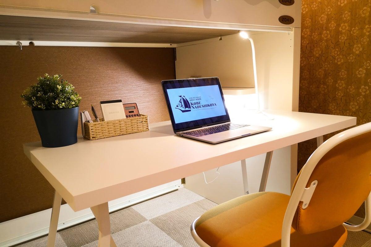 #01【WEB面接・商談利用に◎】デスク&椅子付きの個室コワーキングスペース/Wi-Fiあり/JR元町駅徒歩約3分 の写真