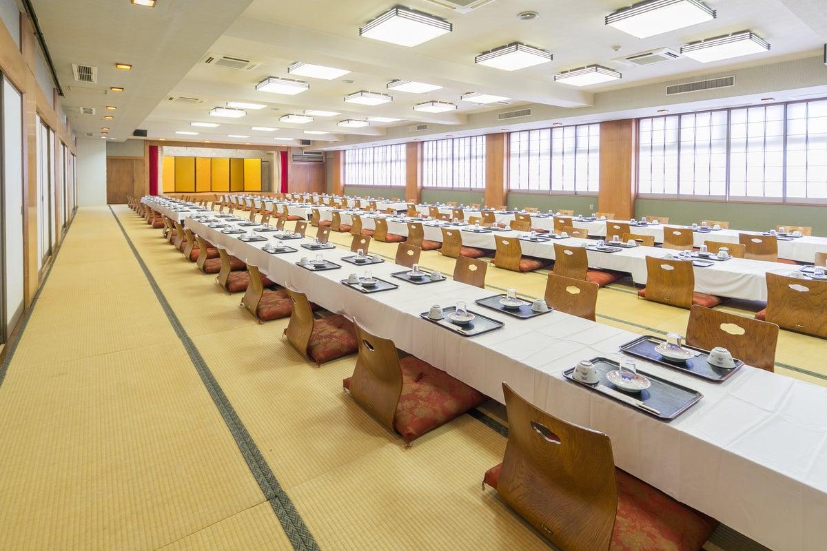 【鶴の間】 約150畳の舞台付き和宴会場 イス・テーブル席もOK の写真