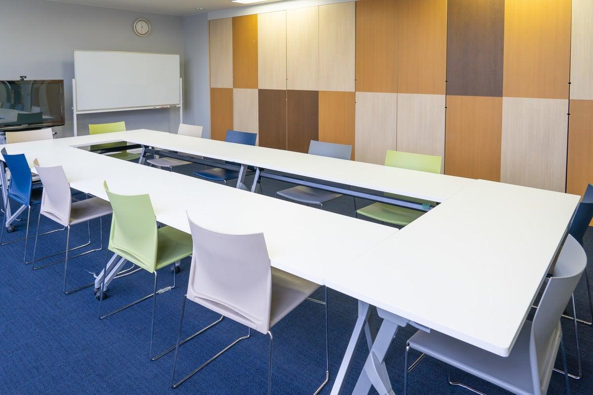 南麻布にある開放的な会議室 42㎡の広々スペースでセミナーもできます。 の写真