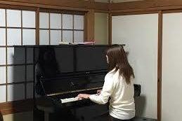 好日荘 松の部屋(和室15畳) ピアノが設置されているお部屋です の写真
