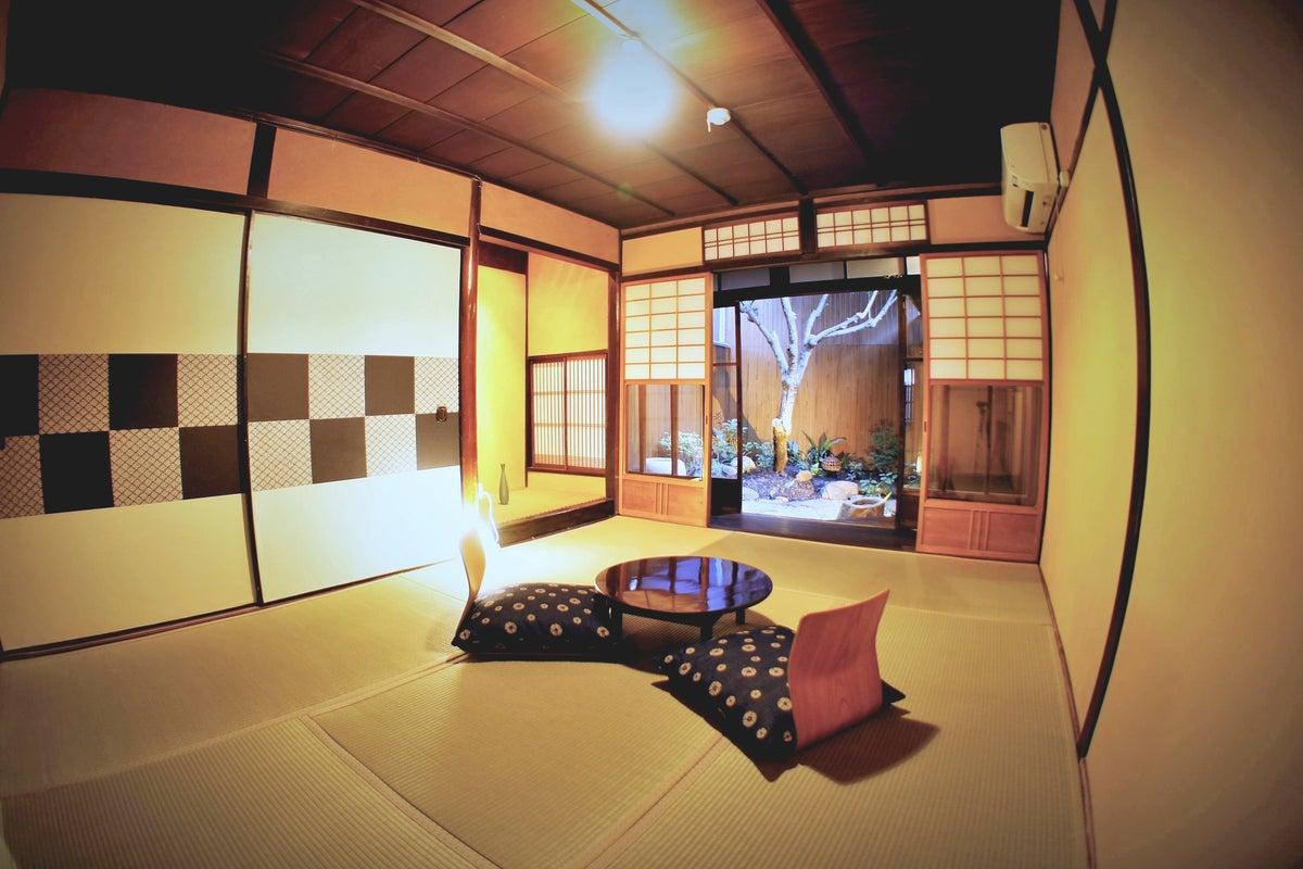 築90年の京町家でゆったり過ごす。庭付きの和室で、畳に布団を敷いてぐっすりお休みください。 の写真