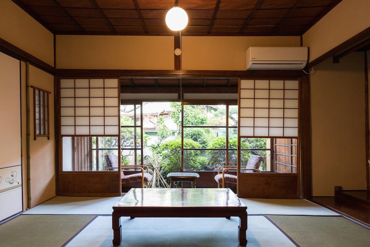 【日乃出旅館】『梅』の間 / 小さなお庭付きの広々和室13畳 の写真