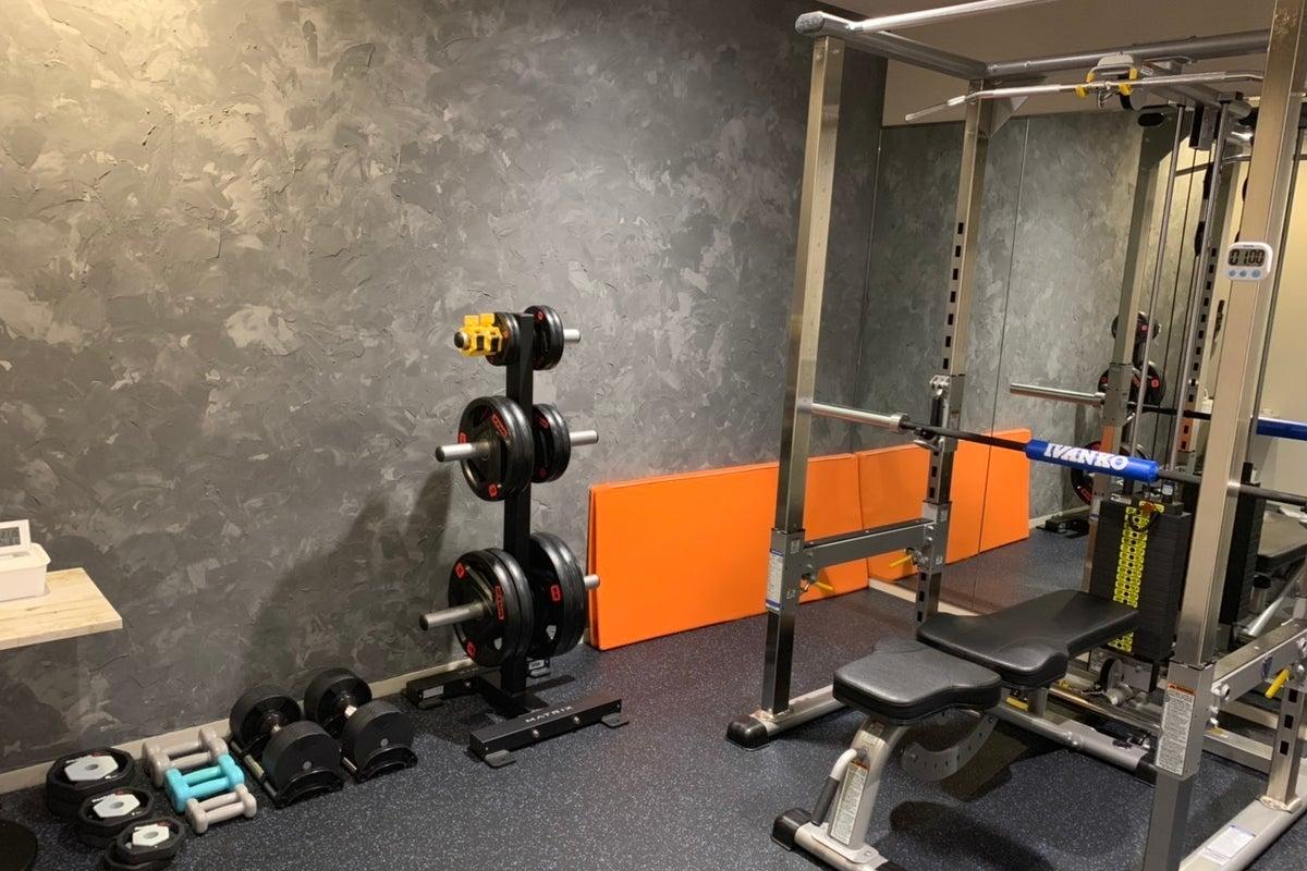 24時間ジムに併設の個室トレーニングルーム!!ロッカールーム・シャワーブース完備! の写真
