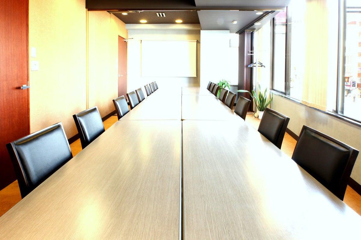 四谷駅から徒歩1分。20名様収容の本格会議室 NATULUCK四谷駅前店 会議室A+B+C の写真