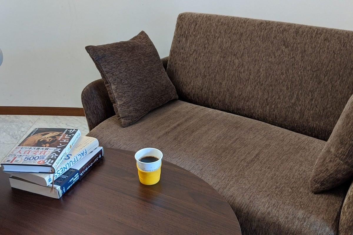ZOOM会議などテレワークに最適な完全個室。無料WiFiあり。ソファとコーヒーでホッと一息つくことも◎(フリードリンクあり) の写真