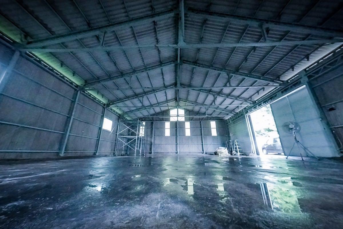 イベントに使用される特殊照明が設置してある、工場跡地の広いレンタルスペースです! の写真