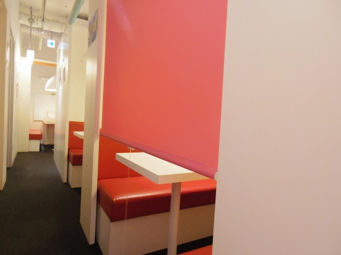 【銀座駅徒歩2分】ホワイトボード付きの半個室!打ち合わせ利用や個別指導の利用にいかが? の写真