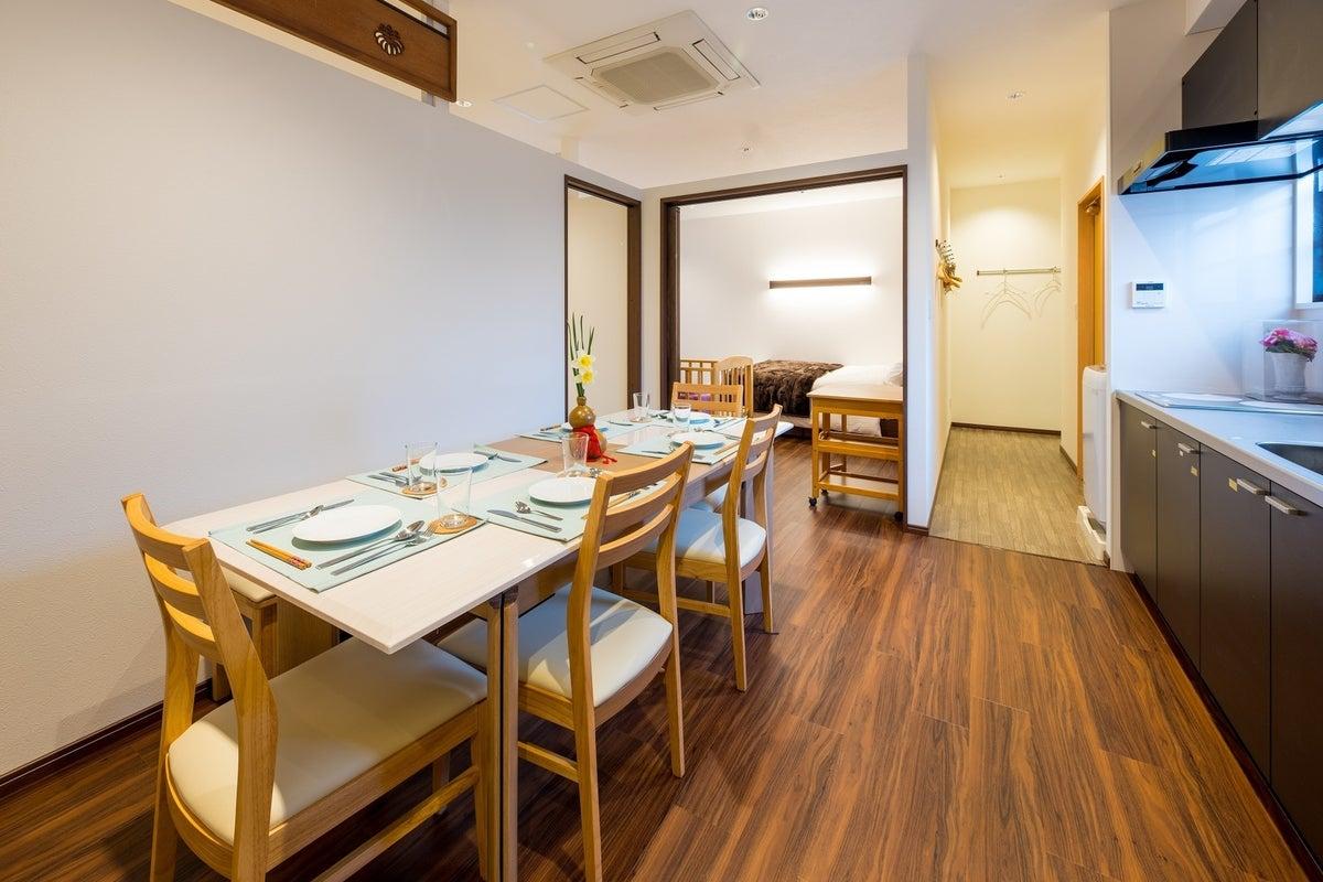 最大10人のプライベートルーム。阪急高槻市駅から徒歩5分。キッチン付スペースで食器や調理器具あり。同窓会やパーティ、ママ会など の写真