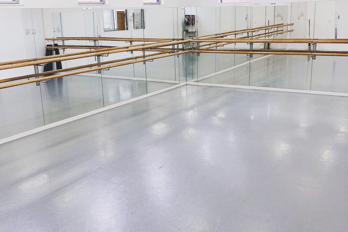 天井3m、30畳の広々スペース!ダンス、トレーニング、オンラインレッスン撮影など!単発、定期での予約大歓迎!! の写真