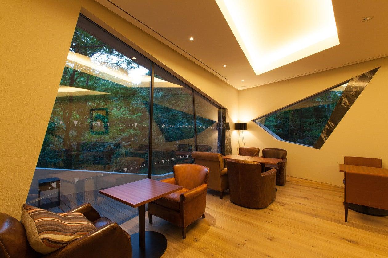 【山梨】有名建築家デザイン。ウィスキーに囲まれた極上空間 の写真
