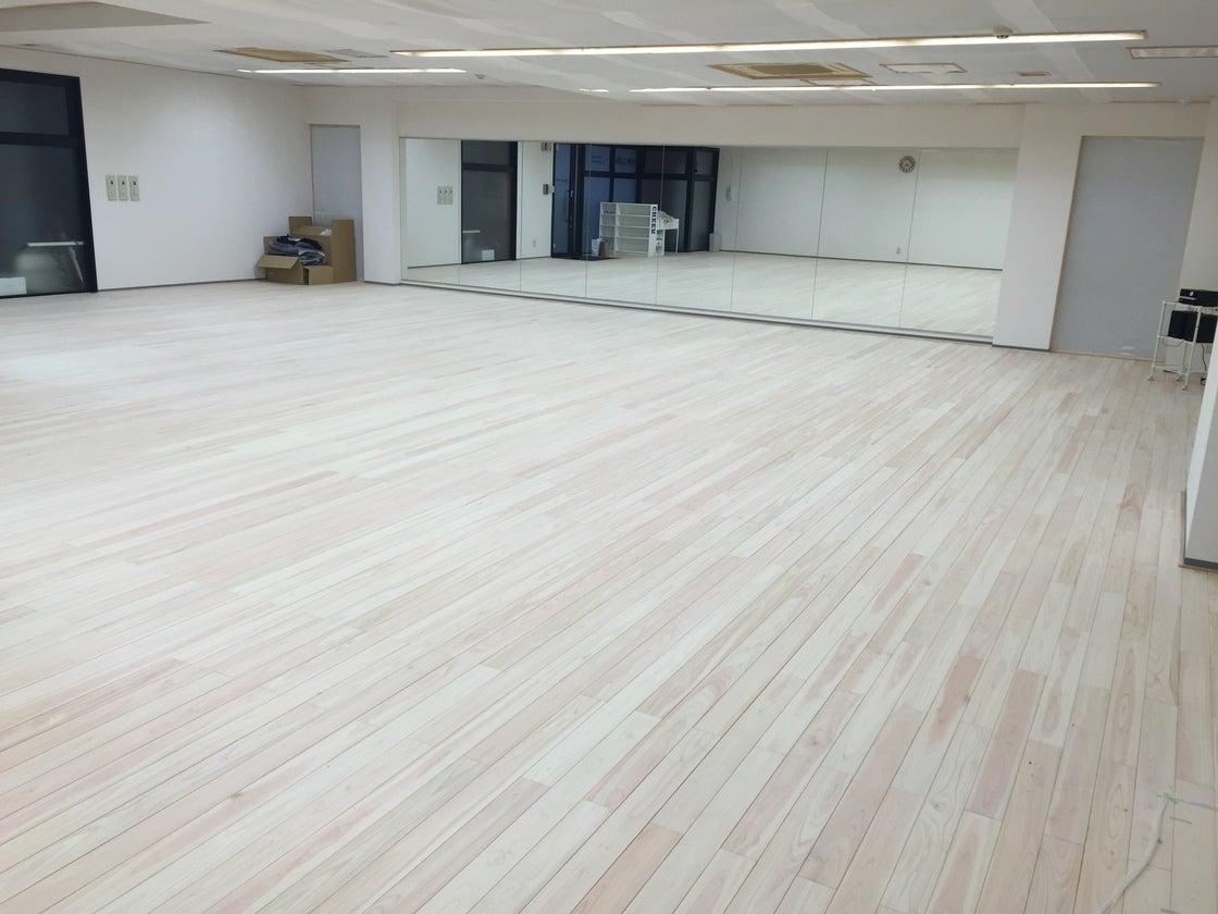 【新横浜駅徒歩7分】100人収容可!檜の床が足に優しい広々ダンススタジオ のサムネイル