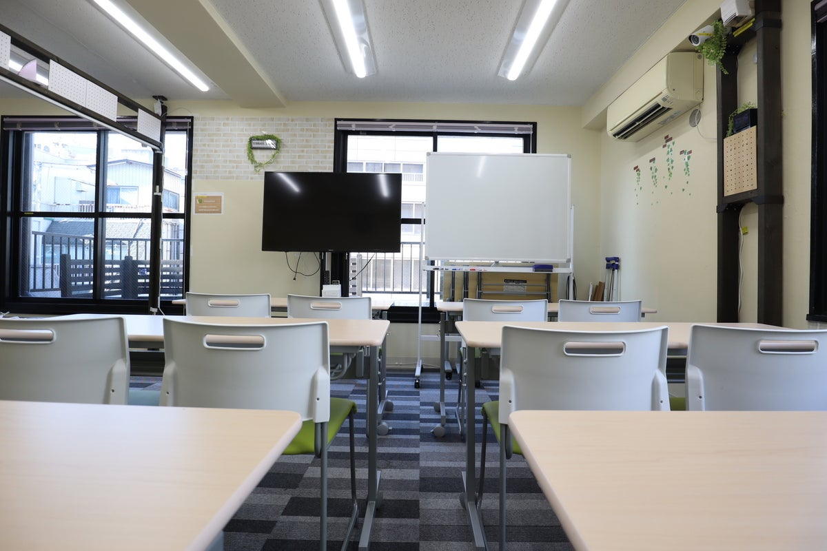 【アクスペ/ Terrace神田 】神田駅徒歩3分!ウッドデッキ/人工芝テラス&応接・休憩スペースのある癒し系会議室 の写真