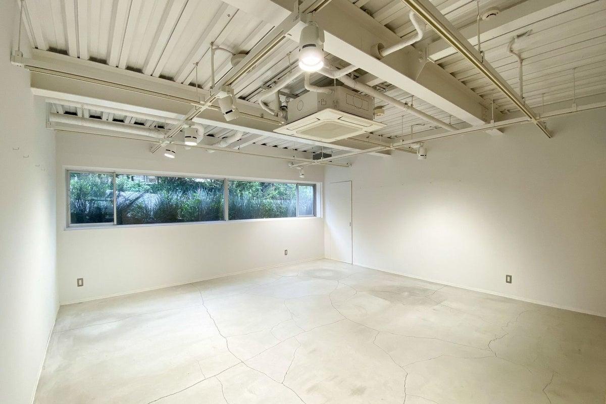 白い壁とコンクリート床の多目的スペース!撮影やリモートワークのサテライトオフィスにも最適! の写真