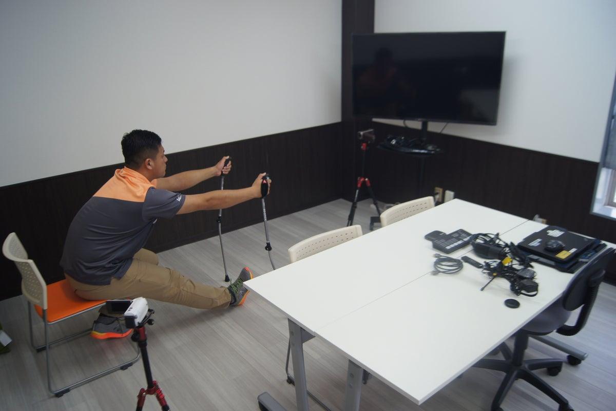 ライブ配信スタジオ:ビデオカメラ2台、スイッチャー、ミキサー、50インチTVスクリーン、付き の写真