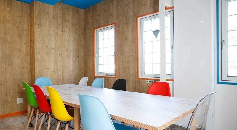 10人用会議室(SF+LAルーム)爽やかな西海岸風ミーティングルーム。遮音性も高くWEB会議、オンラインセミナーにぴったり