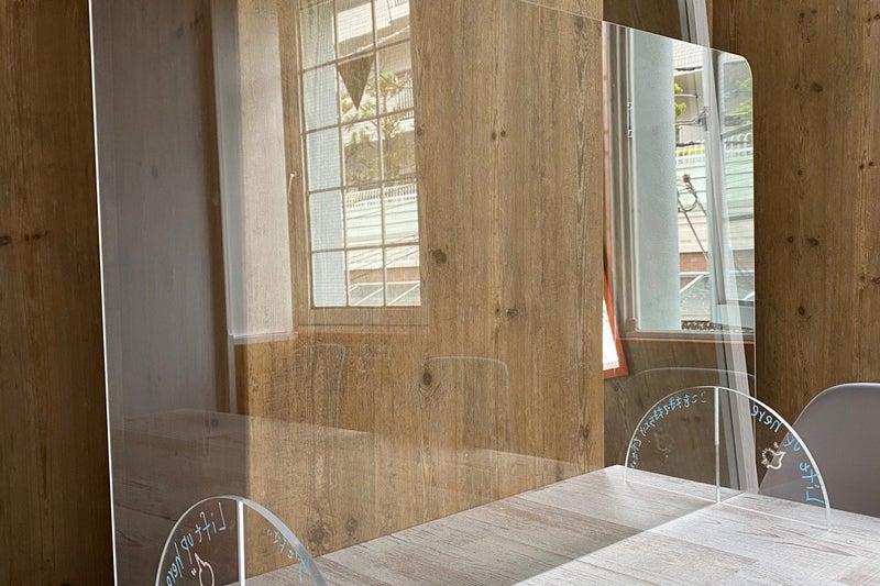 4人用会議室(LAルーム)解放感あふれるロサンゼルス風ミーティングルーム。遮音性が高くWEB会議・ワークショップにもぴったり の写真