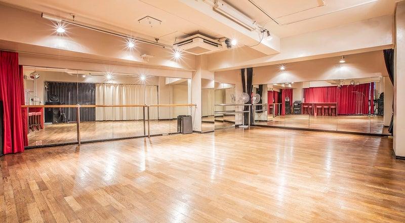ダンスレッスンや練習、ワークショップ、会議、撮影などに最適な空間です。