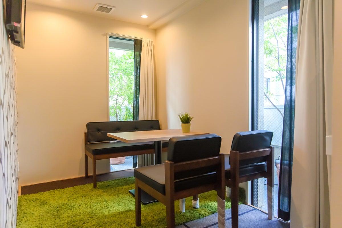 【超高速WiFi】緑見える会議室。超高速WiFiで接続安定。商談・zoom/web会議・オンラインミーティング・会議室◎ の写真