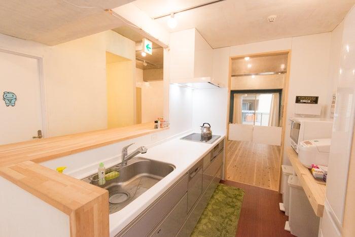 キッチンカウンターの向こうには男女別々のトイレも完備