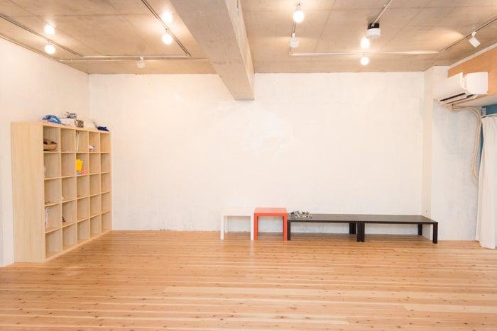 プロジェクターを使って、大きな白い壁面をスクリーンとして 上映会などにもご利用いただけます