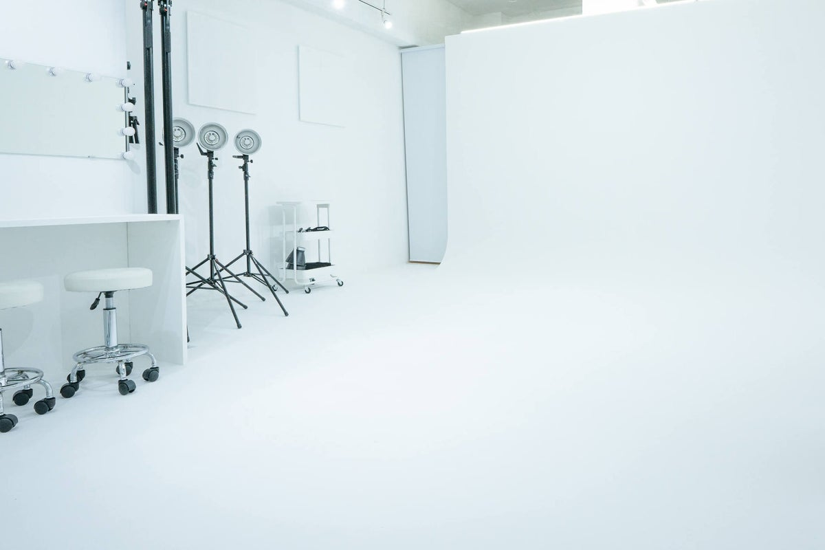 安価に利用できるコンパクトで本格的な白ホリスタジオ! の写真