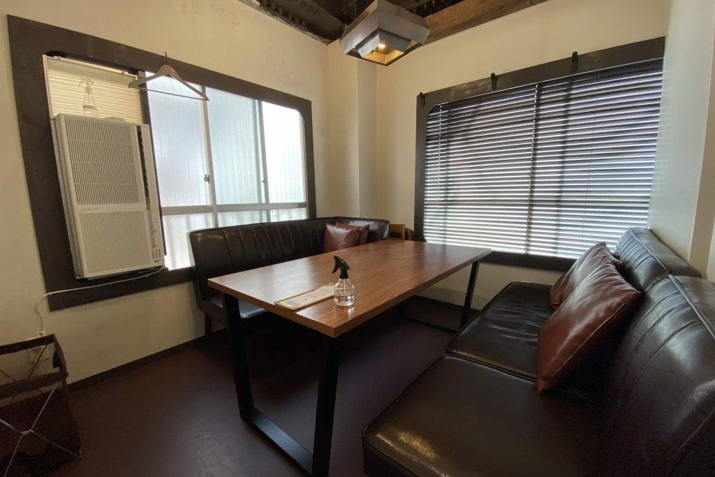 【スタッフ・利用毎除菌徹底】Caféの2階会議室(会議室2)有人受付、30分単位、Wifi、PCモニタ の写真