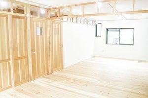 【自由が丘】#SML「超レア天然無垢材床は素足に気持ちいい。杉の香り漂う空間(約19畳程度))  の写真