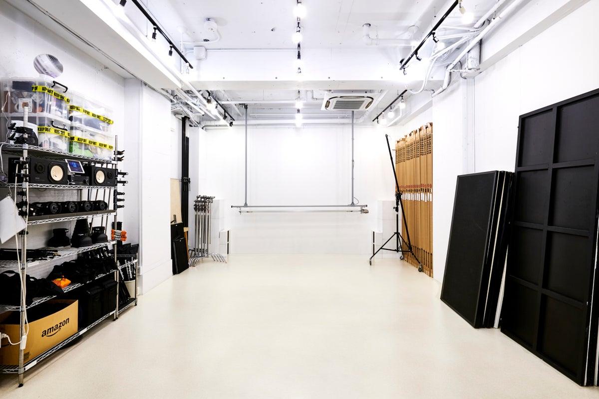 渋谷、六本木からのアクセスも良好! 表参道駅徒歩6分の撮影スタジオ|白ホリ・機材費無料・喫煙所アリ の写真