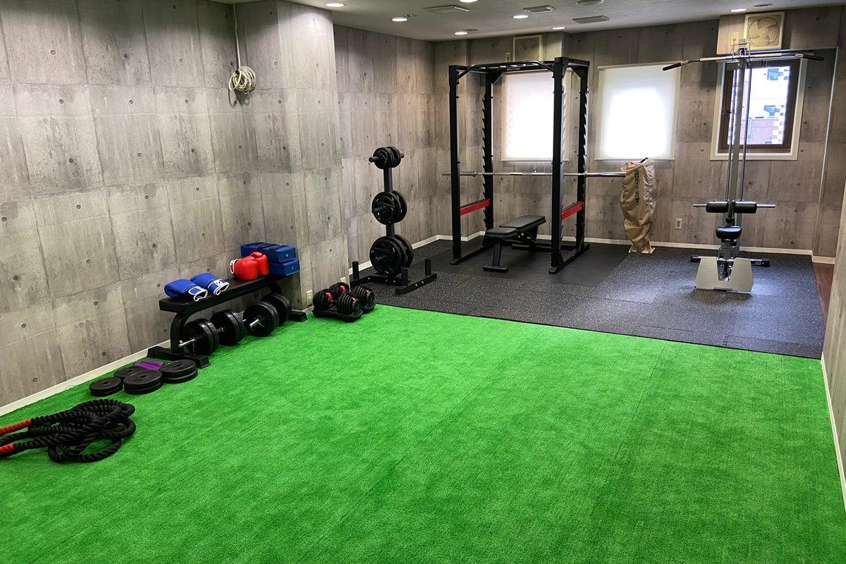 完全個室パーソナルトレーニングスペース!マシン外のアクティブスペースも広い為行える幅が広がります!駅からのアクセスも良! の写真