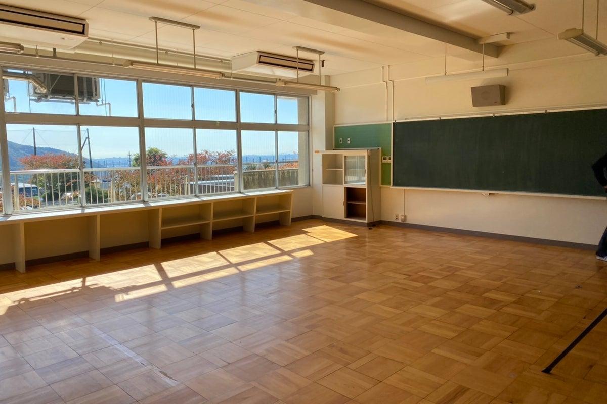 元小学校の教室スペース 音楽会・演奏会・誕生日会・記念日の撮影・会議利用などに の写真