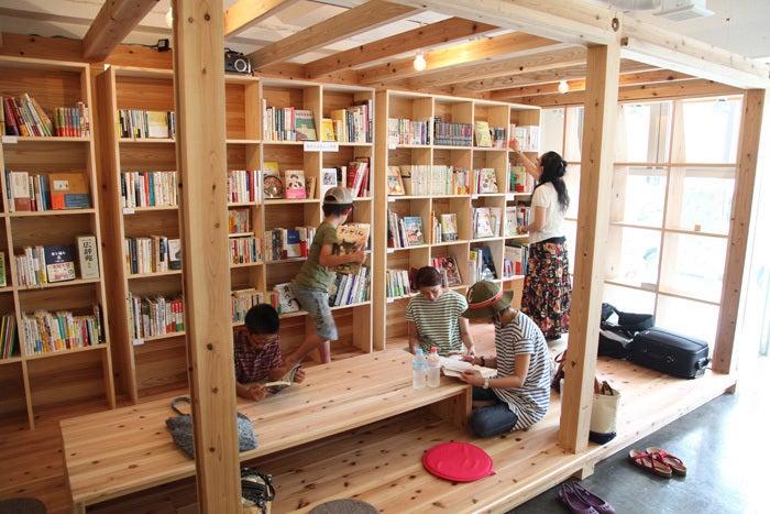 【石巻】木の温もり感じられる蔵書空間 の写真