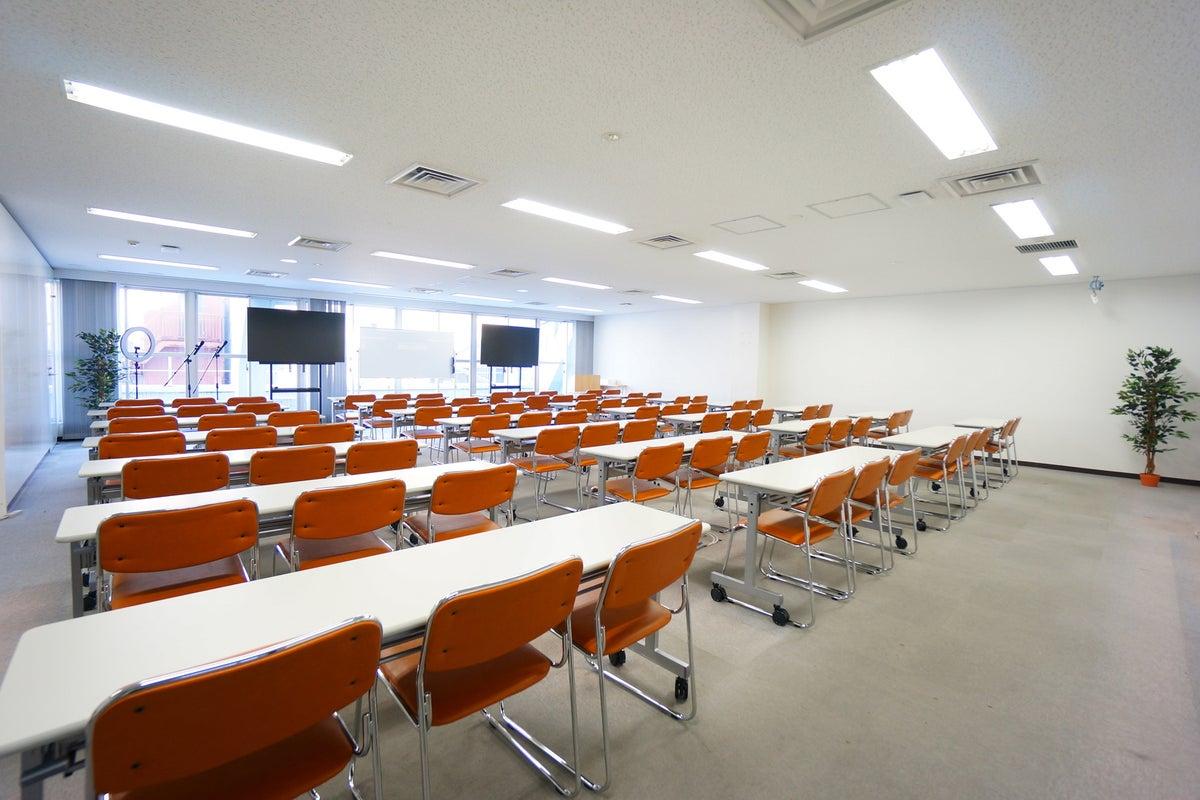 <平塚駅前シェアスペース グリーン4F>77名収容!光回線Wi-Fi無料!マイク/大型モニタ/スクリーンあり!セミナー/研修 の写真