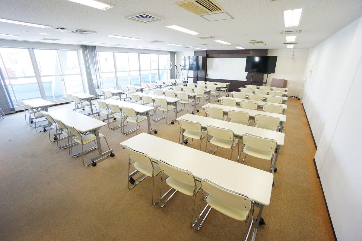 <平塚駅前シェアスペース グリーン5F>60名収容!光回線Wi-Fi無料!マイク/大型モニタ/スクリーンあり!セミナー/研修 の写真