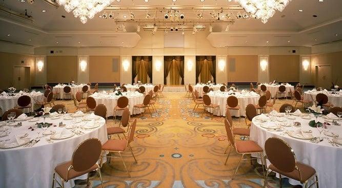 【舞浜】気品あふれる宮殿の雰囲気を演出。ご結婚披露宴、パーティー、ディナーショーに最適!!(クラウンボール)