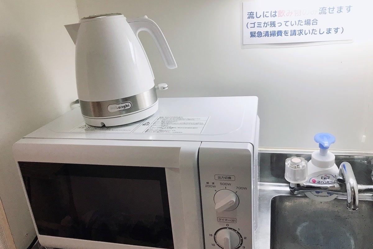 「新宿駅1分」👞土足OK・大型テレビ50V・ソファーのあるリラックススペース・エアコン清掃済・除菌器設置【BASE87*2nd】 の写真