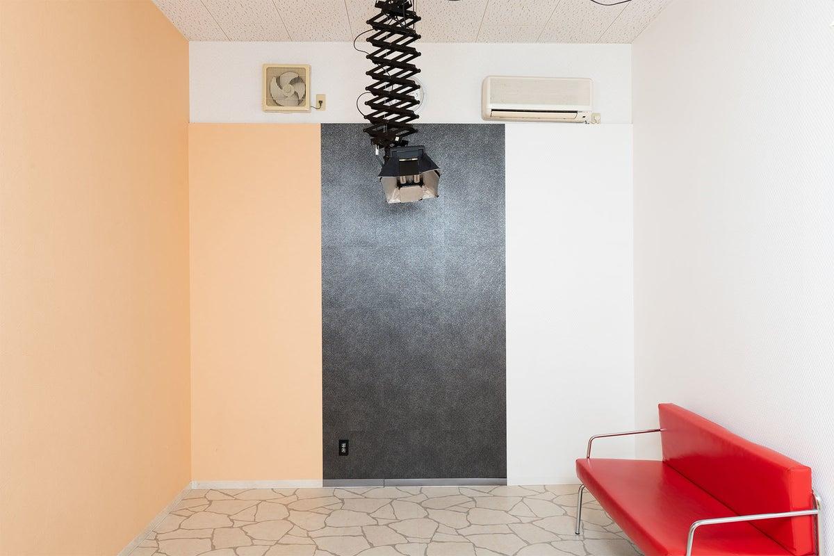 テラコッタ調タイルの床とオレンジの石目調や白の壁、ワンポイントに黒の壁も作りました。 の写真